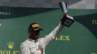 Lewis Hamilton se svou trofejí na pódiu po závodě v Belgii