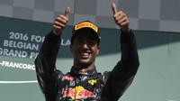 Daniel Ricciardo na pódiu po závodě v Belgii