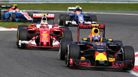 Max Verstappen a Kimi v závodě v Belgii