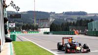 Daniel Ricciardo v cíli závodu v Belgii