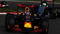 Daniel Ricciardo a Nico v závodě v Belgii