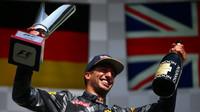 Daniel Ricciardo se svou trofejí na pódiu po závodě v Belgii