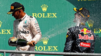 Lewis Hamiltona  Daniel Ricciardo na pódiu po závodě v Belgii