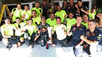 Daniel Ricciardo s mechaniky po závodě v Belgii