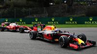 Max Verstappen a Kimi Räikkönen v závodě v Belgii