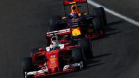 Sebastian Vettel a Max Verstappen v závodě v Belgii