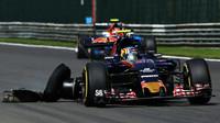 Carlos Sainz s prasklou pneumatikou v závodě v Belgii