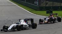 Felipe Massa a Daniil Kvjat v závodě v Belgii