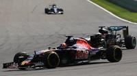 Daniil Kvjat a Lewis Hamilton v závodě v Belgii