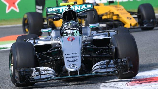 Rosberg v 1. tréninku před Hamiltonem, za nimi obě Ferrari a Alonso, Renault hořel - anotační foto