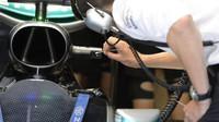 Čištění kameru na voze Mercedes v kvalifikaci na Monze