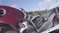 VIDEO: Tohle nechcete zažít! Řidič kamionu v plné rychlosti sešrotoval kolonu aut
