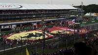Fanoušci - Tifosi na startovní rovince po závodě na Monze