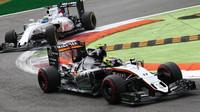 Sergio Pérez a Felipe Massa v závodě na Monze