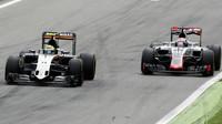 Sergio Pérez a Romain Grosjean v závodě na Monze