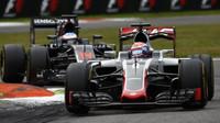 Romain Grosjean a Fernando Alonso v závodě na Monze