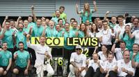 Vítězný tým Mercedes po závodě na Monze