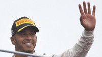 Lewis Hamilton na pódiu po závodě na Monze