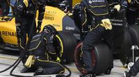 Výměna pneumatik týmu Renault v závodě na Monze