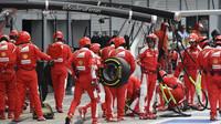 Mechanici týmu Ferrari v závodě na Monze