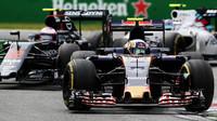 Carlos Sainz a Jenson Button v závodě na Monze