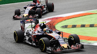 Carlos Sainz a Daniil Kvjat v závodě na Monze