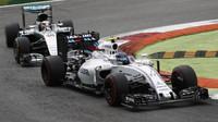 Valtteri Bottas a Lewis Hamilton v závodě na Monze