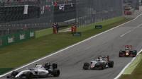 Valtteri Bottas, Romain Grosjean a Daniel Ricciardo v závodě na Monze