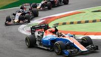 Pascal Wehrlein před vozy Toro Rosso v závodě na Monze