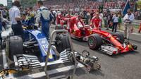 Sauber v Monze na roštu vedle vozu Ferrari