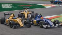 Felipe Nasr tlačen vozy Renault v závodě na Monze