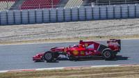 Kimi Räikkönen při testu širších pneumatik Pirelli pro sezónu 2017 v Barceloně, zítra jej nahradí Sebastian Vettel
