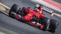 Kimi Räikkönen při testu širších pneumatik Pirelli pro sezónu 2017