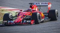 Kimi Räikkönen při testu širších pneumatik Pirelli v Barceloně