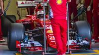 Sebastian Vettel při testu širších pneumatik Pirelli v Barceloně