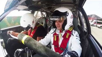 Video: Bottas a Massa řádí s Lancií a Mercedesem, během jízdy odpovídají na dotazy - anotační foto