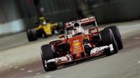 Sebastian Vettel při pátečním tréninku v Singapuru