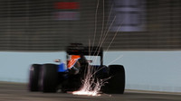 Pascal Wehrlein jiskří při pátečním tréninku v Singapuru