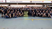 Hromadné foto týmu Toro Rosso při pátečním tréninku v SIngapuru