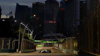 Valtteri Bottas při pátečním tréninku v Singapuru