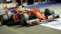 Sebastian Vettel s Ferrari loni v Singapuru