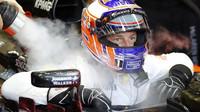 Jenson Button se chladí při pátečním tréninku v Singapuru
