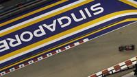 Jenson Button při pátečním tréninku v Singapuru