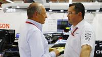 Ron Denni a Eric Boullier v Singapuru