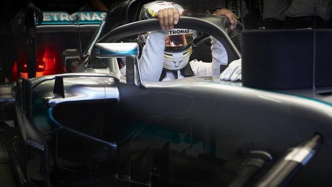 Lewis Hamilton s ochranou kokpitu Halo loni v Singapuru