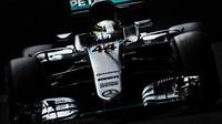 Lewis Hamilton při pátečním tréninku v Singapuru