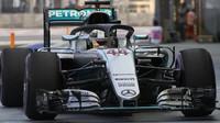 Lewis Hamilton s halo konceptem při pátečním tréninku v Singapuru