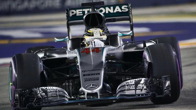 Hamiltonovi je v tuto chvíli málo platné, že má historicky nejspolehlivější vozy