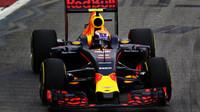 Max Verstappen při sobotním tréninku v Singapuru