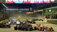Start závodu a nehoda Nica Hülkenberga v Singapuru